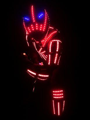 LED robot pirosan és kéken világító jelmezben