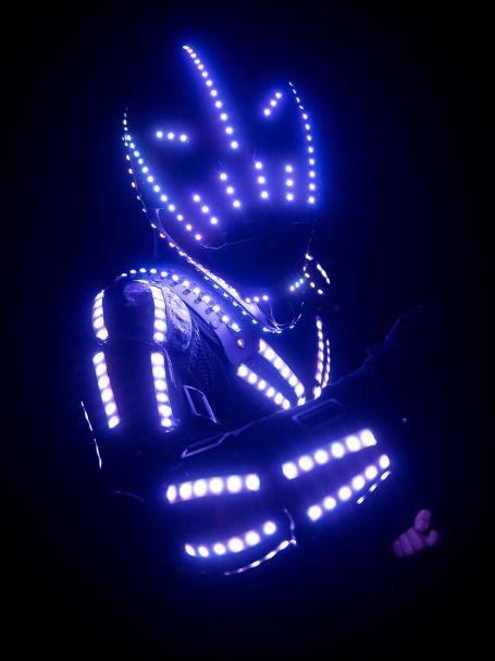 Kéken és pirosan világít a LED robot öltözéke