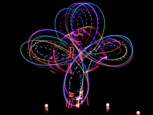 LED robot világító poi-val rajzol ki színes formákat