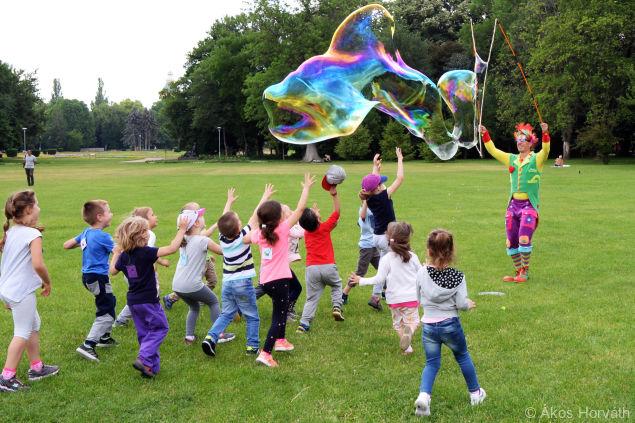 Óriásbuborék show a Margit-szigeten gyerekekkel