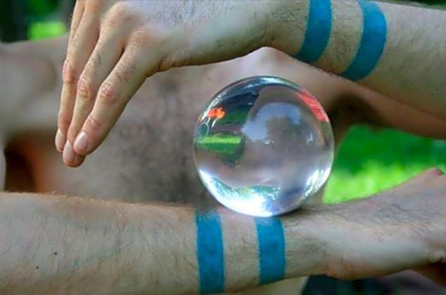 Kristálylabdás, más néven kontakt labdás zsonglőr műsor