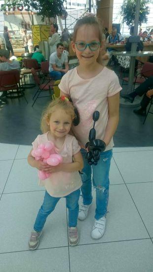 A kislányok is imádják a lufiból készült állatfigurákat