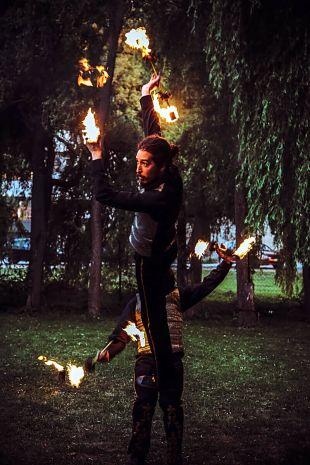 Akrobatikus tűzzsonglőrök