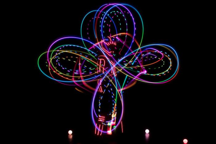 A LED zsonglőr show - fénycirkusz előadásban életre kel a színpad