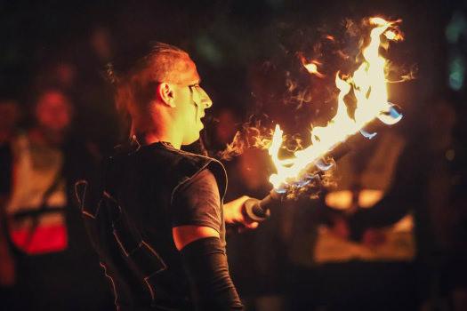 Tűzzsonglőrök műsora