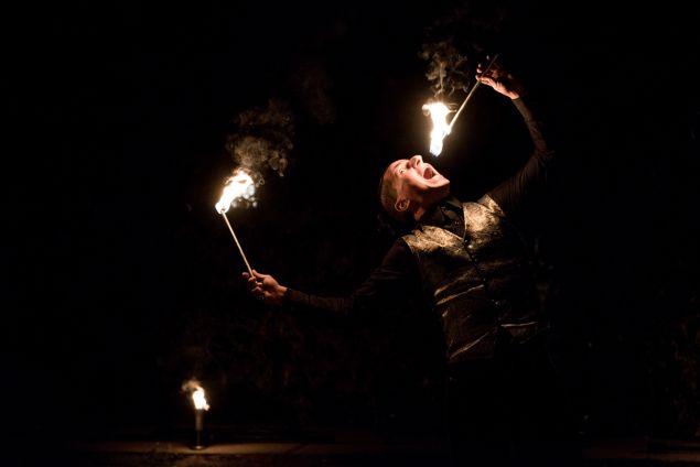 A tűzzsonglőr előadások látványos kiegészítője lehet a tűzfújó és a tűznyelő show