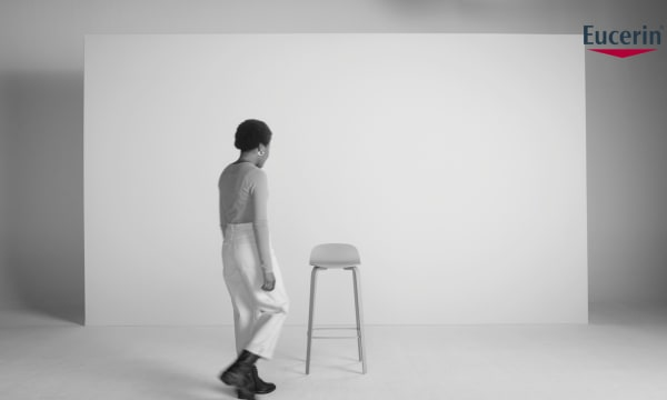 person walking to a chair for the Eucerin Skinterviews