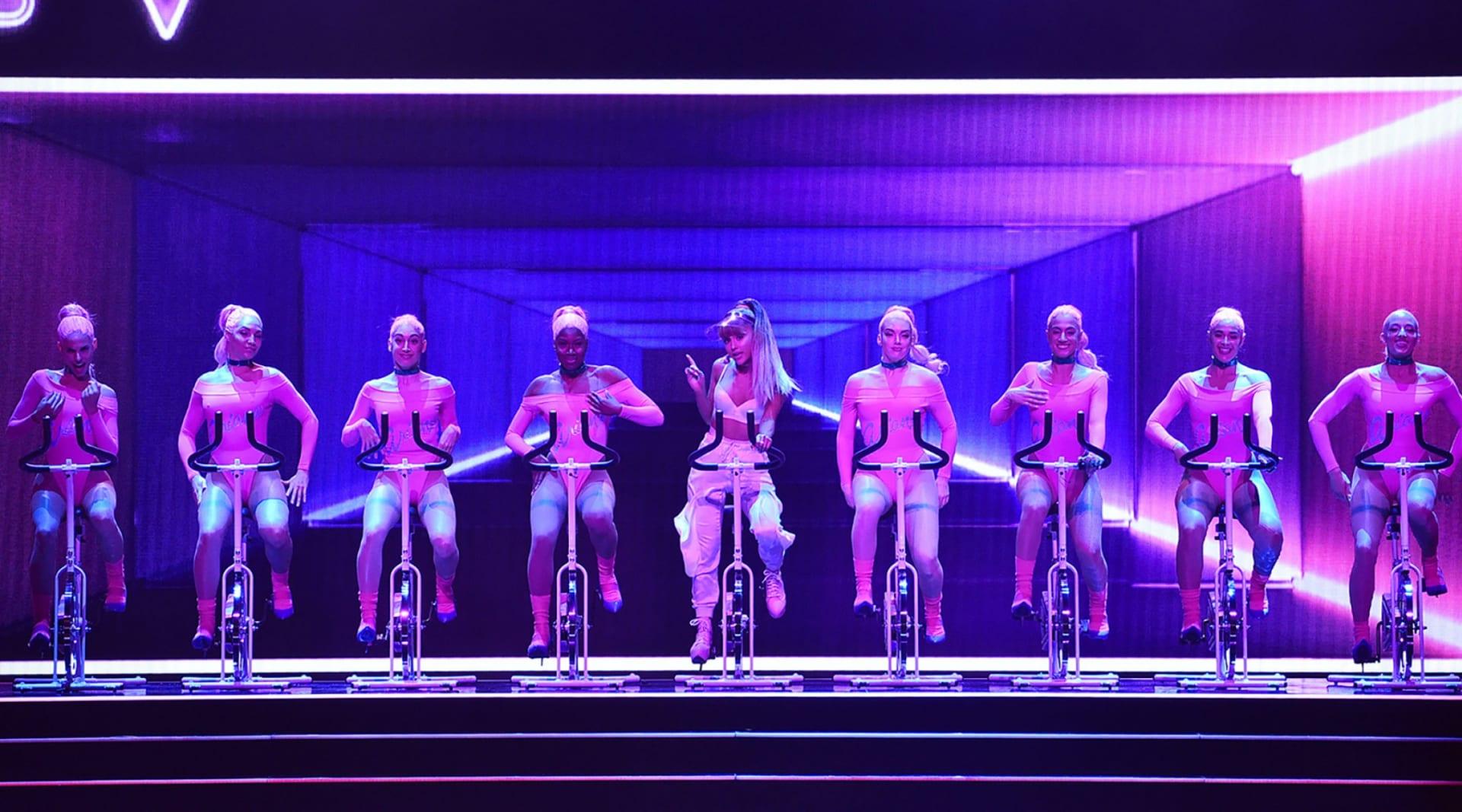 WEB Ariana Grande MTV VMA perform 2016 billboard 1548