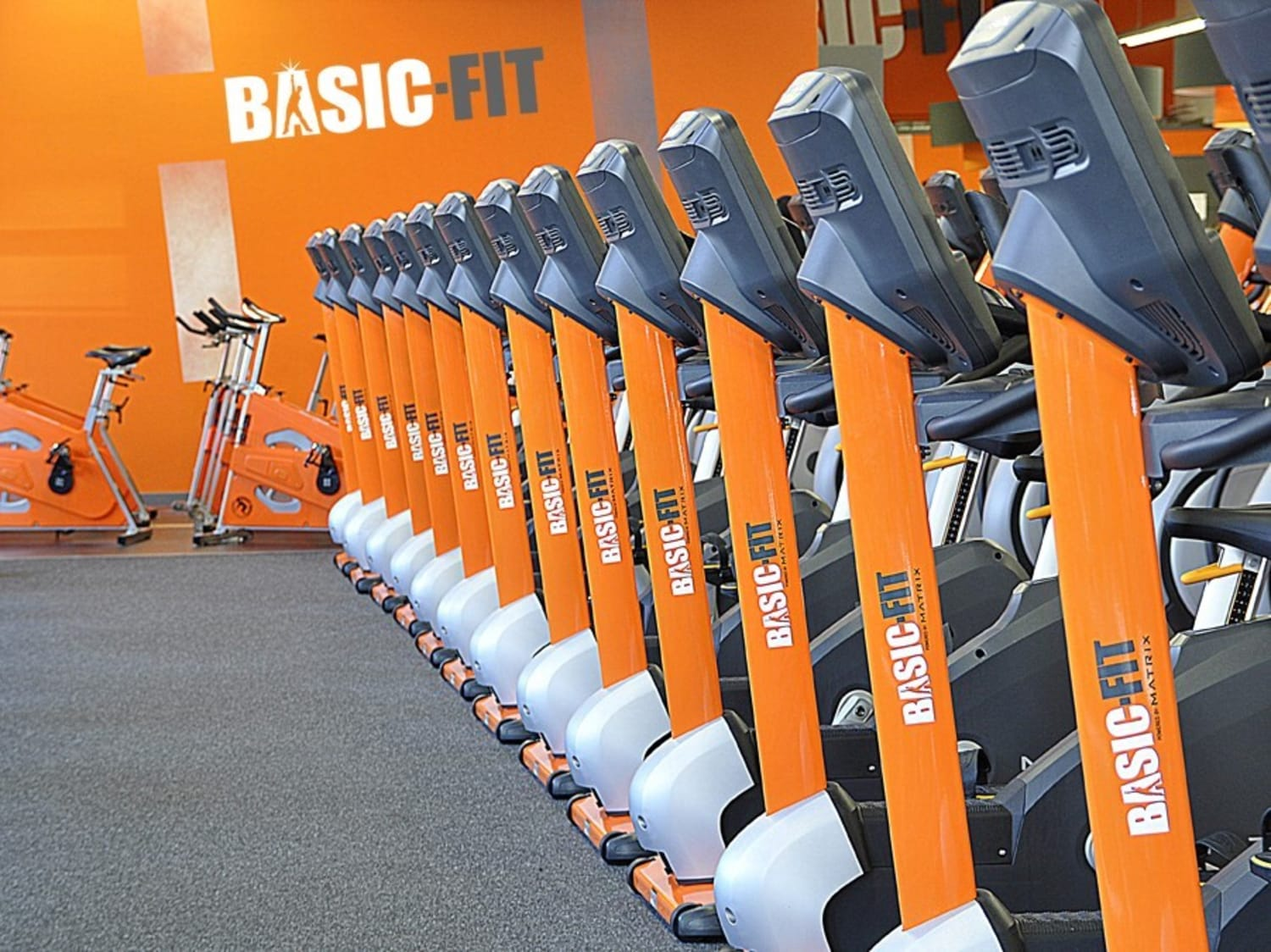 A row of bikes in a Basic Fit gym
