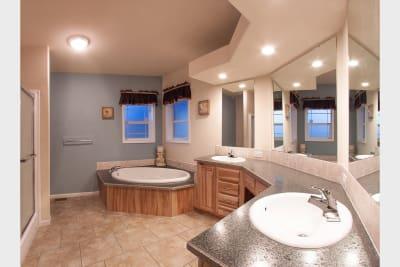 Huntington 887 master bathroom