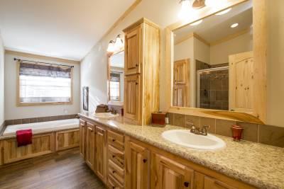 Pine Mountain Cabin bathroom - Athens, Texas