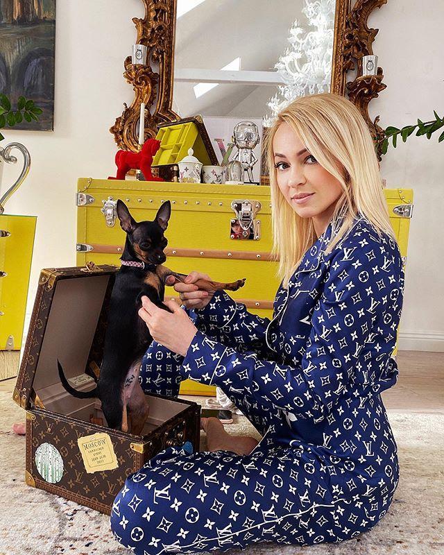 Достали тяжелый люкс: Яна Рудковская устроила домашний показ мод