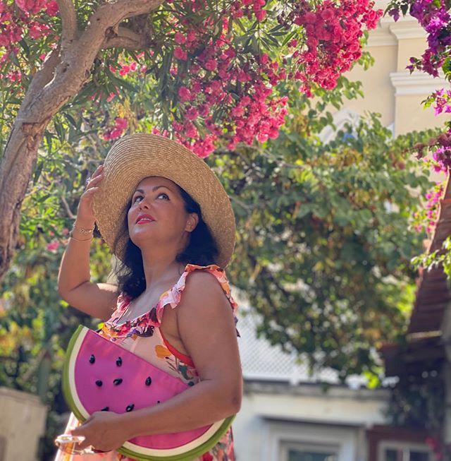 Арбузная сумка и соломенная шляпа: в чем Анна Нетребко гуляет по Италии