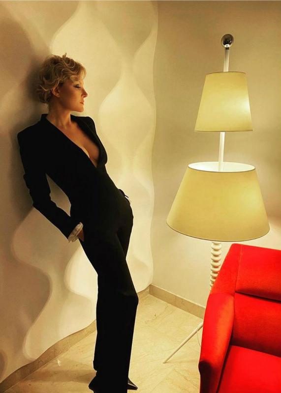 «Стройнит и вытягивает»: Литвинова визуально откорректировала фигуру черным комбинезоном