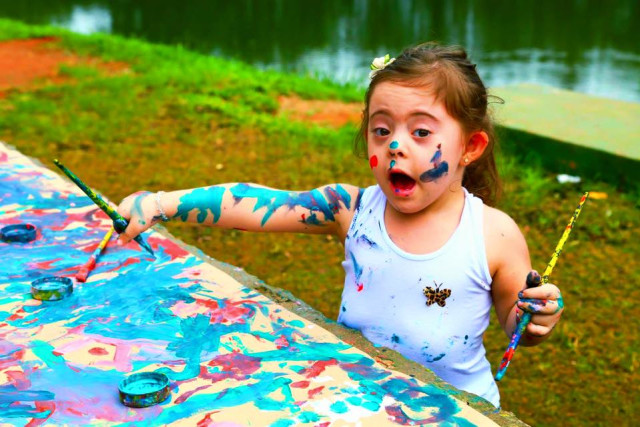 Child play with paint at an open activity