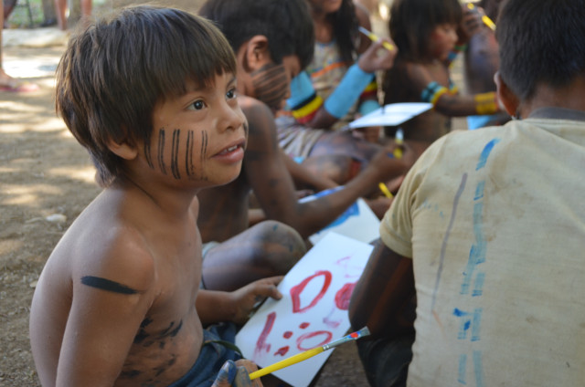 Oficina de pintura com Kayapós, durante evento de encontro de culturas tradicionais. Vila de São Jorge. GO. 2015