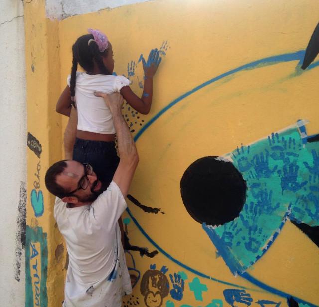 Pintura de mural coletivo com crianças em Milagres, CE, durante expedicão em parceria com a ONG S.A.S. 2015