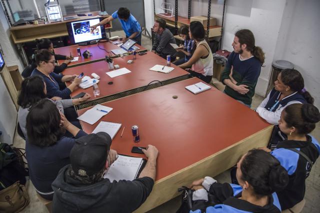 Marcos e os alunos durante a oficina de construção dos mapas táteis