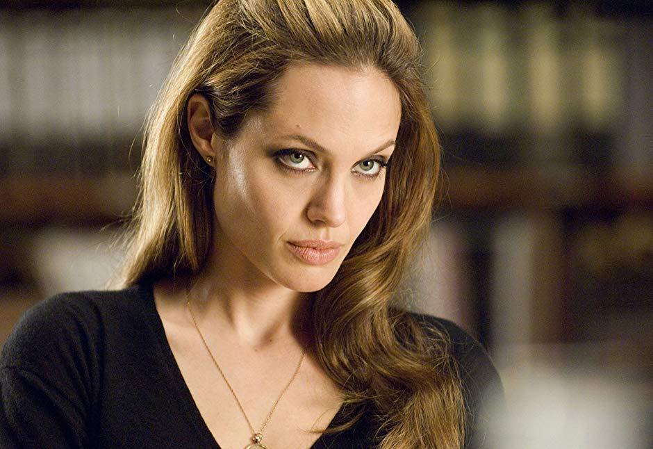 Очень сексуально! Анджелина Джоли на каблуках и в обтягивающей юбке