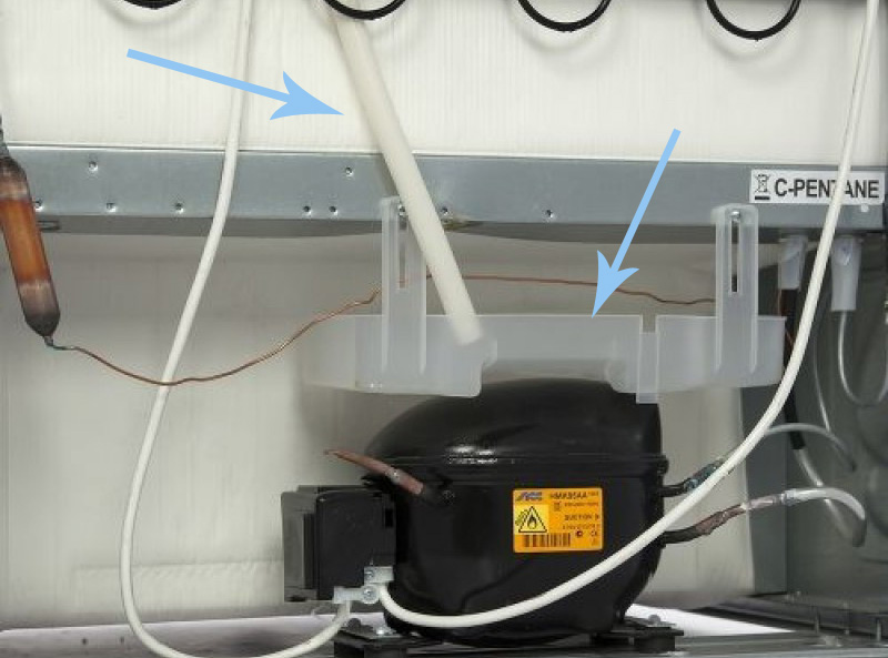 Проверка трубки и емкости для слива холодильника