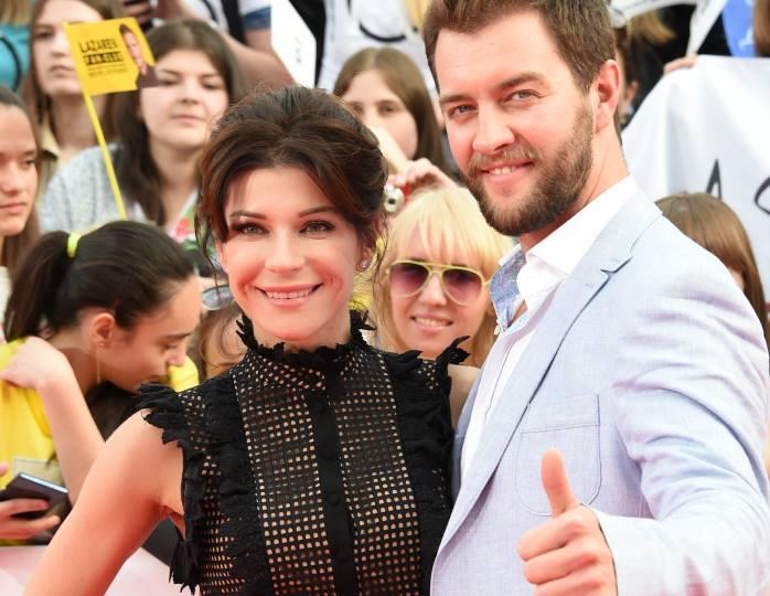 «Выходные прошли креативно»: актриса из «Ворониных» одолжила мужу полупрозрачное платье