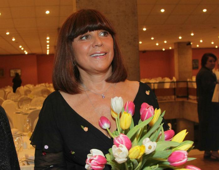 72-летняя Наталья Варлей в белоснежном костюме исполнила хит из «Кавказской пленницы»