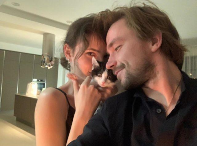 День объятий с кошками: собрали топ звезд и их любимцев