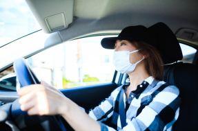 法人ETCカードと新型コロナウイルス(マスクをして運転をする女性)