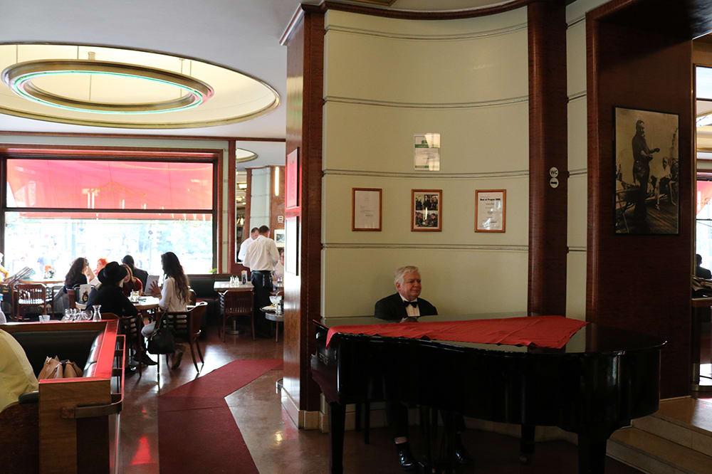 Cafe Slavia'da piyano dinletisi