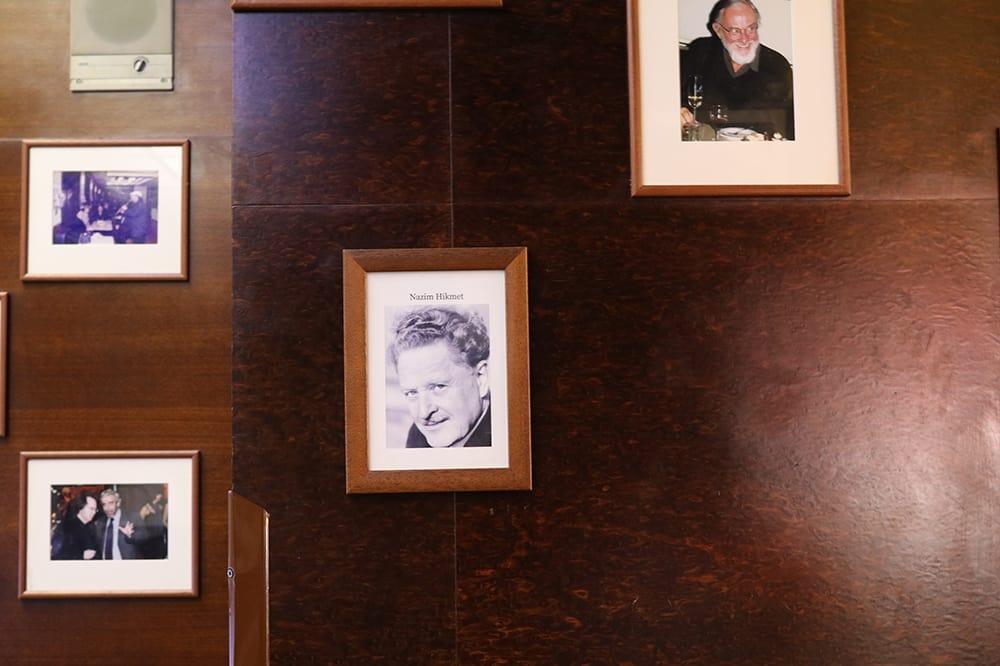 Cafe Slavia'nın duvarında asılı Nazım Hikmet fotoğrafı