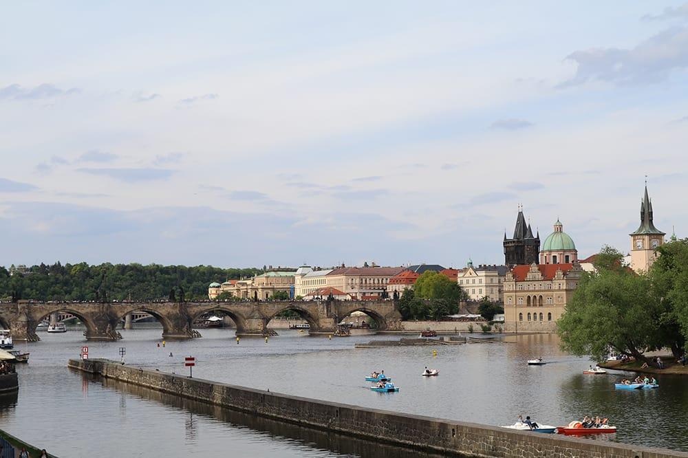 Vltava Nehri kıyısından Charles Köprüsü ve Eski Şehir
