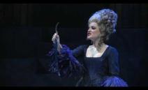 Międzynarodowa koprodukcja ( premiera z 2006 r.), dopracowana i dojrzała, a jednocześnie lekka i zabawna. Akcja opery rozgrywa się... w ogromnej  bibliotece;...