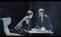 Opera kameralna w 2 aktach do libretta Christophera Hamptona opartego na powieści Franza Kafki. Metaforę samotności i słabości człowieka, zawartą w mrocznej ...