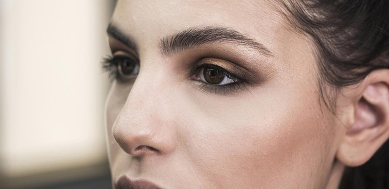 rosto de uma mulher com maquiagem para olhos pequenos