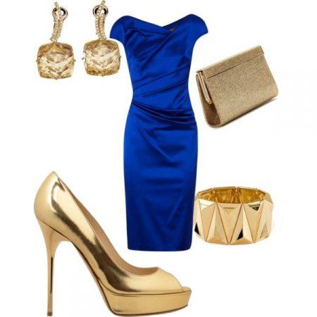 vestido azul e acessórios dourados