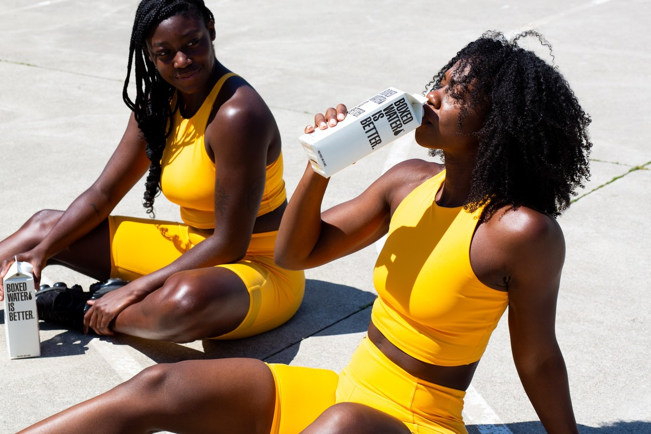 duas mulheres negras usando looks fitness amarelos