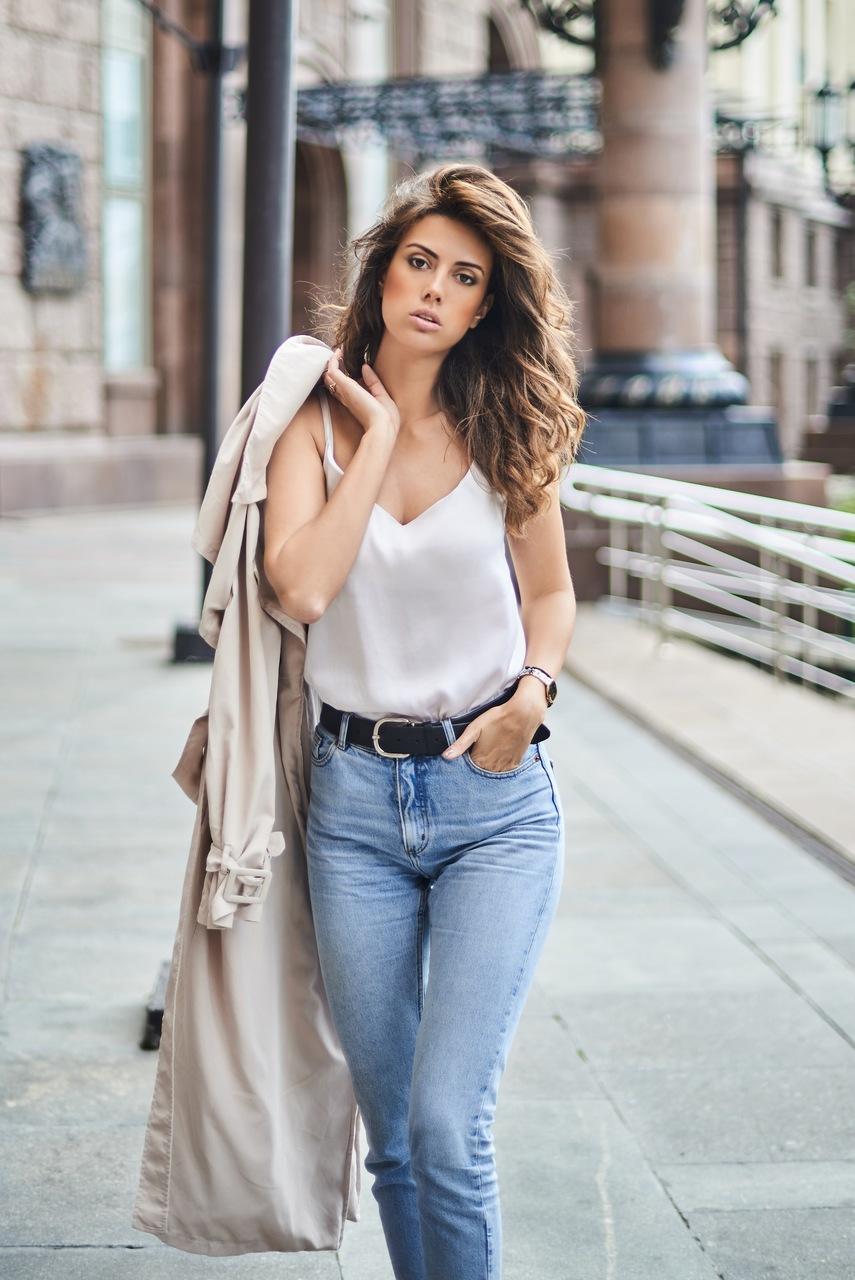 mulher fazendo pose para a foto com um look casual