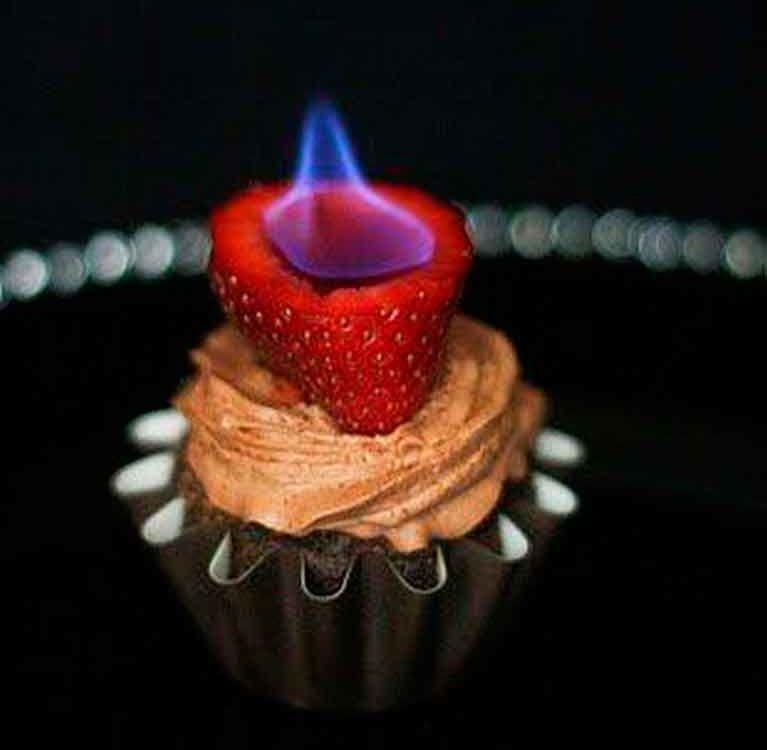 Шоколадные капкейки с пылающей клубникой для истинных эстетов!