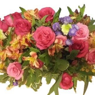 Jardinera de flores Galant con alstroemerias, rosas, mimosas y follaje