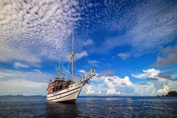 Lady Denok's 10-Day Komodo Cruise - Day One - Sailing