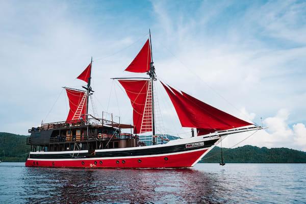 La Galigo's 8-Day Raja Ampat North - Day One - Boat Side View