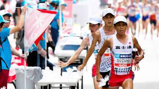 9月にあった東京五輪のマラソン代表選考会。20キロ手前付近で、氷を手にする男子の選手たち