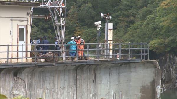 山形県鶴岡市の八久和ダムで救出作業