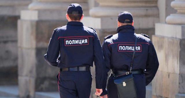 У нас свой Миннеаполис: в России полицейский задержал женщину, встав коленом на ее шею