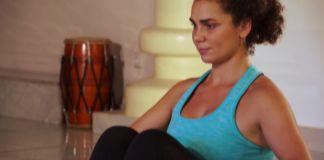 Vrouw in yoga houding