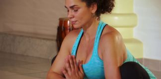 Vrouw doet een yoga oefening