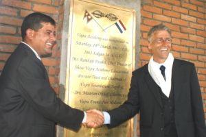 Boeddha in actie - Maarten Olthof bij de opening van de Vajra Academy in Nepal