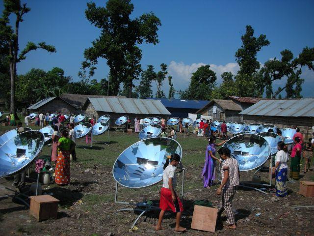 Parabolische zonneovens en hooikisten in vluchtelingenkamp © Maarten Olthof (Boeddha in actie)