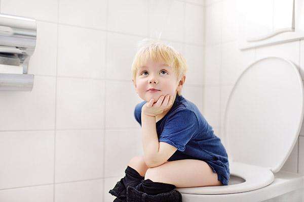 een scheet laten en dan op tijd poepen op de wc