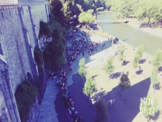 Spiritueel reisverhaal: Bedevaart. Hier: het plein in Lourdes.